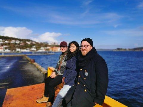 (f.v.) Robert Løkketangen, Farah Kaddour og Eirik Dørsdal spiller sammen på Risør hotell fredag denne uka.