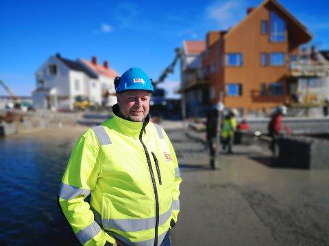 INNSPURTEN: Mens mye av fokuset er på å få hus og leiligheter klare til innflytting, til alle dem som har investert på Holmen, så jobbes det også iherdig med å få på plass både restaurert steinmolo, samt sentrums nyeste badeplass. Her står prosjektleder i Mesel og sønner, Jan Vidar Pedersen.