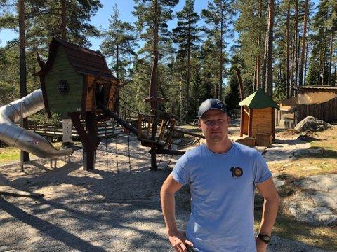 Daglig leder Terje Jensen må fortsatt på jobb for å ta vare på dyrene i parken.