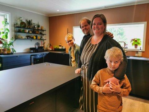 Lillian Pedersen, Rolf Oddvar Solberg og barna Theodor (10) og Emil (snart 7) har bygget ut huset fra 1984 med 50 kvadratmeters moderne tilbygg. – Det starta egentlig med at hun ønska seg en messingkran på kjøkkenet, forteller Rolf.
