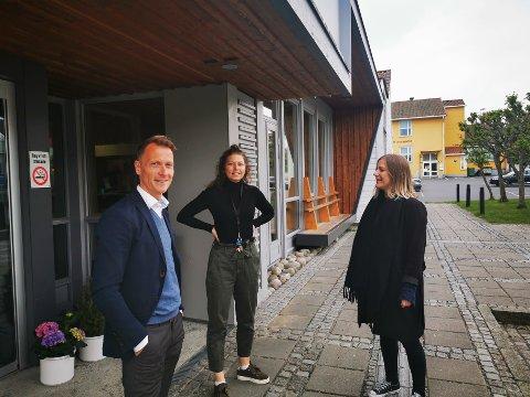 GLEDELIG GJENSYN PÅ JOBB: Torolf Kroglund, Anita Vestervik og Elen Lauvhjell forteller at både kino og bibliotek åpner igjen, men med retningslinjer.