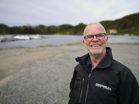 UTSIKT: Her, på den gamle tomta til Fjordheim, vil Ivar Akselsen etablere bobilparkering, som forhåpentligvis kan åpne før sommeren. – Det blir kø for å få lov til å komme hit ned, sier han og smiler.