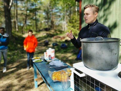 Erik Henriksen mikser elegant matematikk, naturfag og matlaging over saftgryta i Urheia, der 6. trinn har sin skolehverdag.