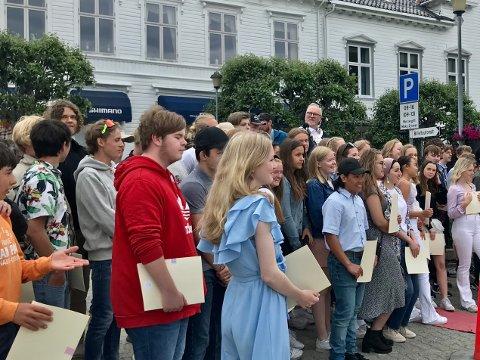 Ordfører Per Kr. Lunden sto sammen med ungdommene på bildet. Nå beklager han brudd på smittevernreglene.