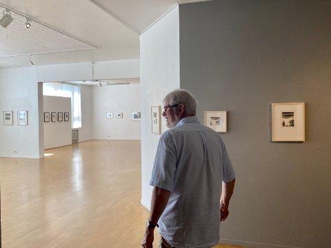 Erik Lauvik (75) viser Aust-Agder Blad rundt på den suksessfulle utstillingen.