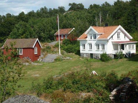 LEIES UT: Risør Motorbåtforening leier ut både hovedhuset og annekset på Risøya i sommerhalvåret.