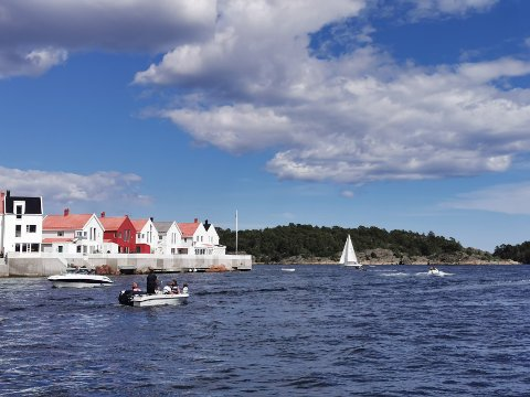 Båten midt i bildet, har Arne Lindstøl fortøyd ut fra boligen sin. Det har flere båtførerer reagert på. - Hvis de vil kjøre så nærme land, får de nesten bare gjøre det, sier Lindstøl.