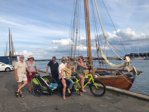 Joan og Kjetil (på sykkelen) har vært ofte i Risør siden de kjøpte båt for tre år siden. Etter mange turer frem og tilbake, har de nesten bestemt seg for å flytte til Sørlandet.