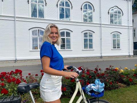 Dorthea Moe Dalen (22) fra Risør, studerer eiendomsmegling i Oslo. De siste fem årene har hun jobbet på turistkontoret i Risør. I sommer er hun en av de ansvarlige for det nye konseptet «Spør meg om Risør».