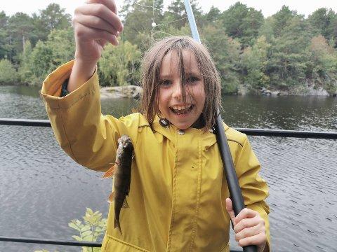 Miamh Jack med den første fisken hun har dratt i land på egen hånd. Bla med pilene for flere bilder!
