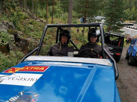 TIL TOPPS: Joakim Eriksen Saltnes (til høyre) har sin far Jan Skole Saltnes som co-driver. I helgens to runder gikk de fra sjette- til førsteplass.