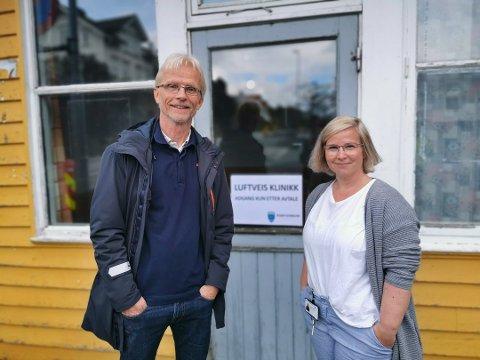 Kommunalsjef for helse og omsorg i Risør kommune, Per Christian Andersen, og smittevernlege Kathrine Pedersen her foran den nye luftveisklinikken som åpnet i april. Det skulle være et samarbeid mellom Risør og Gjerstad, men nå testes de fra Gjerstad i egen kommune.