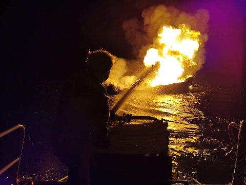 STORE FLAMMER: I går kveld klokken 22:55 fikk kystvakten melding om en båtbrann i Nordfjorden utenfor Søndeled. Mannen kom seg i land, men båten sto ikke til å redde.