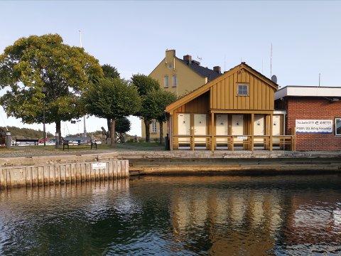 En ny molo og et nytt sanitæranlegg i Skjærhuet som kan erstatte det eksisterende (bildet). Det er de to viktigste ønskene fra  lederen for seilforeningens drift av gjestehavna, sier Odd Helge Wroldsen.