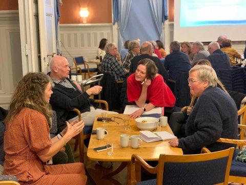 Etter innlegg fra Risør kommune, Larvik kommune og Arendal kommune, samlet de oppmøtte seg i workshops for å drive idemyldring.