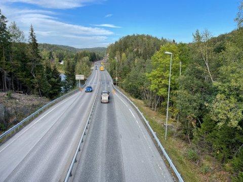 Her er veien stengt på nattestid, noe som har skapt forvirring for både bilister og trailersjåfører.