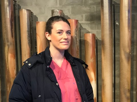 Sykepleier Emilie Ertman har blitt tatt godt i mot av kollegaer og brukere av hjemmetjenesten i Risør. Hun er fornøyd med å ha fast jobb i hjemkommunen.