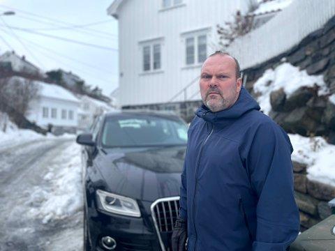 Roy Bakken (54) har aldri vært borti lignende. Torsdag ettermiddag var han på vei hjem da han møtte en bil med et stort lass med snø på taket. Plutselig falt snøen ned på frontruta og føreren mistet sikten. – Det kunne gått veldig galt, sier han om opplevelsen.