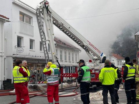 Embla-butikken i Storgata 9 (til høyre i bildet) har antakelig både røyk- og vannskader.