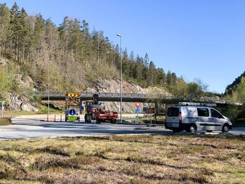 Det var ved rundkjøringen på Akland mannen kjørte inn i autovernet. Illustrasjonsfoto: Trond Nøstvold Tou