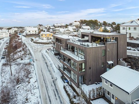 Leiligheten i Viddefjellveien 1 går over to etasjer.