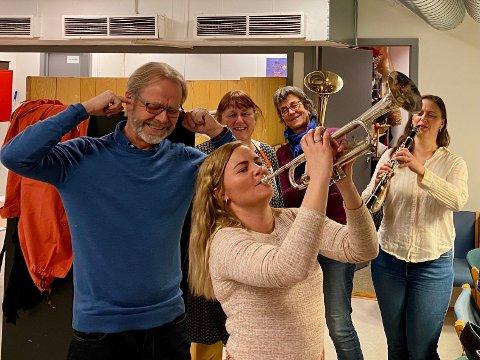 Øver i garderoben: Ida Lunner Olsen sliter med å få den riktige tonen ut av trompeten. Kunstnerisk leder Sverre Aukland, kostymesjef Helle Ibsen, kor- og sangleder Inger Johanne Foyn og Ingvill Mork på klarinett håper hun klarer det før 12. november da stykket Sugar har premiere.