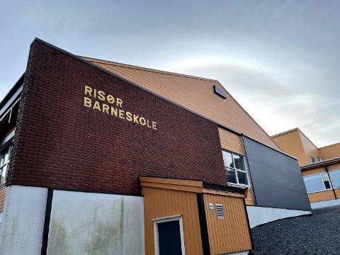 Kommuneoverlege og kriseledelse i Risør kommune har, i samråd med rektorer og styrere, besluttet at det ikke skal være oppmøte ved Risør barneskole, VIRK og Tjenna barnehage neste uke. Beslutningen gjelder til og med 17.mai.