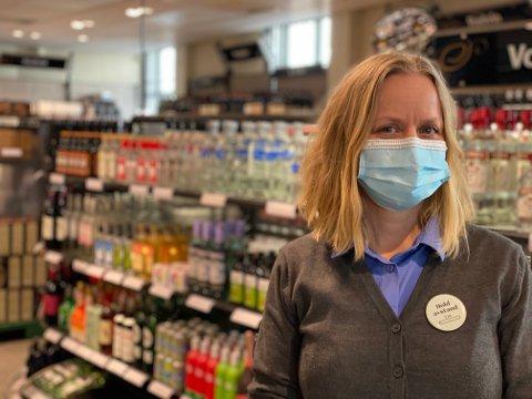 Daglig leder ved Vinmonopolets utsalg i Gjerstad og Risør, Maria Nemeth Kildahl er i tvil om hvordan påsken vil arte seg: – Vi er klare for stor trafikk, men klarer oss også uten, sier hun
