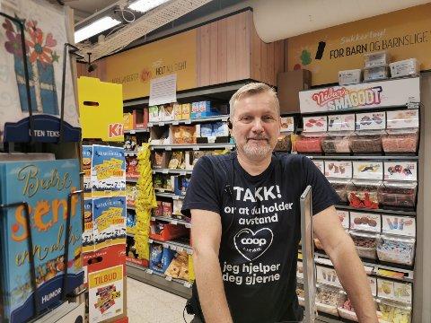 Bosse Hellström sponset brannmannskapet med mat og drikke onsdag i forrige uke. – De trengte rask energi, og det er jammen ikke rart, med tanke på den fantastiske jobben de gjorde den morgenen, sier han.