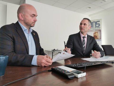 Rektor på Risør videregående skole, Eirik Eliassen og CEO i IMS, Roy Langseth signerte i høst kontrakten om å sikre ti elever lærlingplass hvert år.