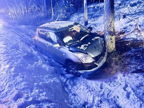 Bilen fikk store materielle skader i sammenstøtet i Nævestadbakken. Kvinnen ble fraktet til sykehus med mindre skader. Nå slipper hun bot for utforkjøringen.