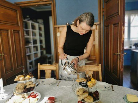 I andre etasje i huset sitt vil Sigurdsøn nå invitere både fastboende og turister inn til en autentisk opplevelse av en annen tid, med servering av det britiske Afternoon tea-konseptet.