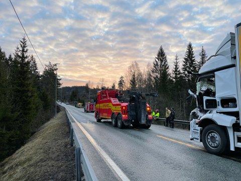 Den ene lastebilen i ferd med å berges.