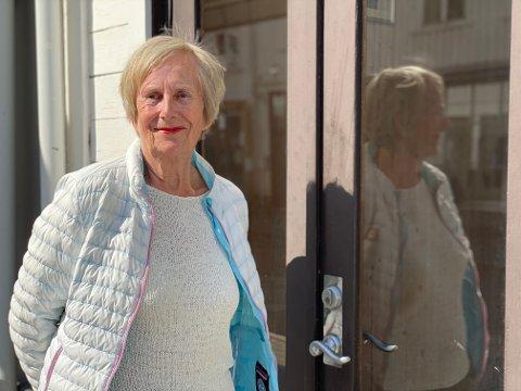 Lørdag gjør Emilie Sortevik noe nytt. Hun selger klær hennes datter har designet, på vårmarkedet til Risør By.