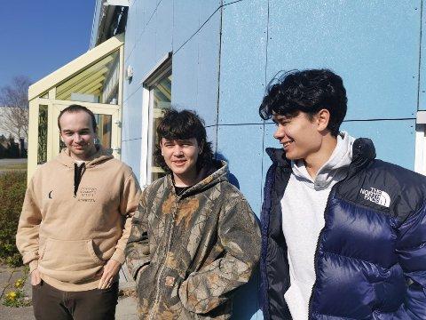 F.v. Jakub Kruta, Gustav Sigmundstad og Isak Ramsvik har den siste tiden brukt fritiden på å lage musikkvideo for risørbandet Backbone