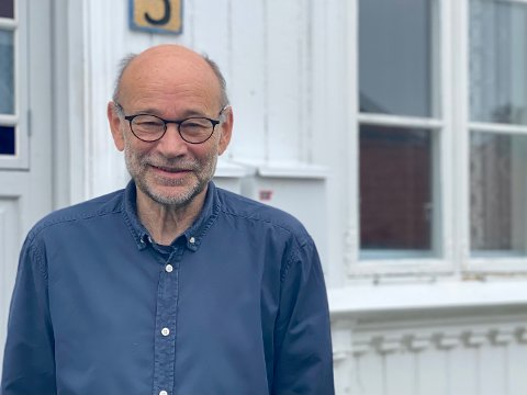 I løpet av sine 46 år i Risør, har Arnfinn Haugen ved siden av å jobbe som kunstner, vært med å arrangere marked, seminarer og utstillinger. Nå er han styreleder i Risør Kunstpark og fortsatt en av drivkreftene bak Villvinmarkedet. At han har blitt 70 år er ingen hindring for at han fortsetter i kunsten og kulturens tjeneste.