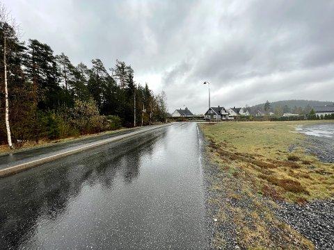 På Lindtjenn er det en strekning på 50 løpemeter som skal utbedres i 2024. Her er det kraftige setninger i siste avkjøring i boligfeltet.