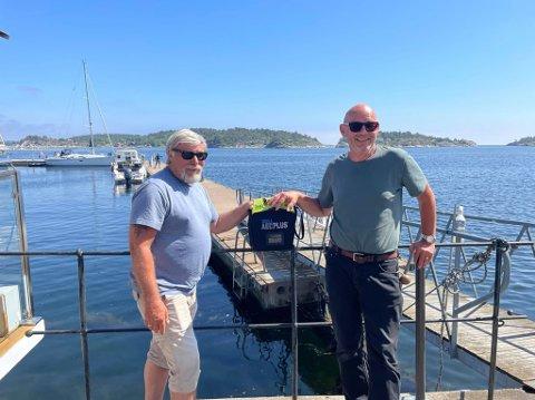 Kasserer Ole Robert Nicolaisen og formann i foreningen Rikard Zaal er glade for at de nå endelig får en hjertestarter på Risøya.