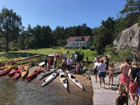 NY TRADISJON: Hyttefolket i Ospedalen var søndag samlet for å padle rundt Risøya.