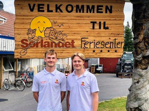 Sebastian (17) og Amund (24) er to av dem som har sommerjobb på Sørlandet feriesenter - sistnevnte på sitt niende år.