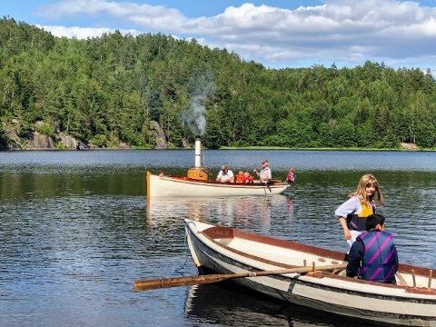 Tarjei og Vemund på tur i dampbåten. Helle og Jerick fikk og sitte på og er på vei inn til land.