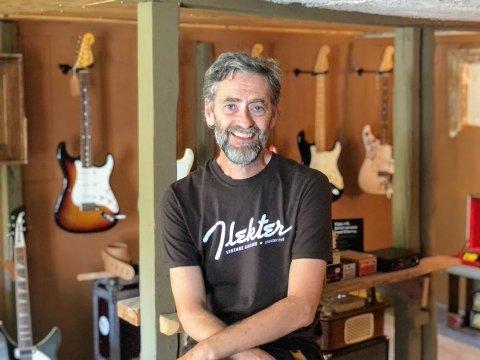 Finn Kjeldsberg har drevet gitarbutikk i flere år. Da han flyttet til Akland for to måneder siden fikk butikken nytt lokale - nemlig i låven på småbruket.