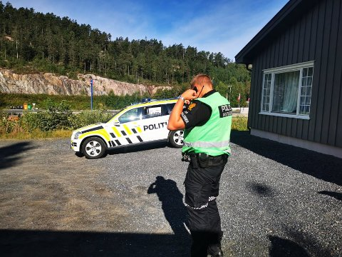 Innsatsleder Stig Torbjørnsen forteller at politi, politihund og Røde Kors er ute og leter. De har fått flere tips i saken.