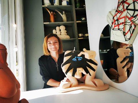 Camilla Børresen med Nils Erichsen Martins skulptur Crank Top, som nylig ble solgt til Sørlandets kunstmuseum.