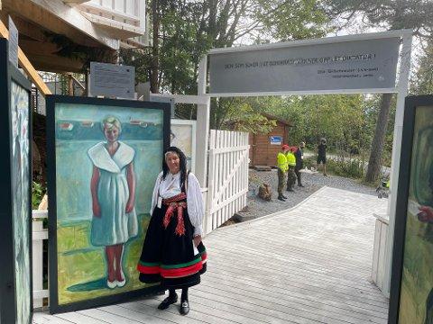 PORTRETT: Under en regjeringslunsj med tidsvinter, og etterfølgende tur til Roseslottet på Frongeseteren, fant Helga Arntzen til stor overraskelse et Vebjørn Sand-maleri av seg selv.