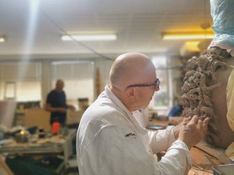 Kjell Erik Killi Olsen har de siste 20 årene vært en av Norges mest anerkjente kunstnere, og arbeider med både maleri, skulptur, grafikk og tegning. Nå skal han sammen med den danske maleren og skulptøren Michael Kvium arbeide ved Arnfinn Strands verksted i Risør kunstpark.
