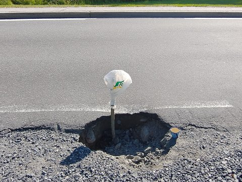 Hullet langs Åkvågveien hadde en diameter på 60 og var en halvmeter dypt, sier Anders Berg. Veitrafikksentralen mottok varsel onsdag ettermiddag og lappet hullet samme kveld.