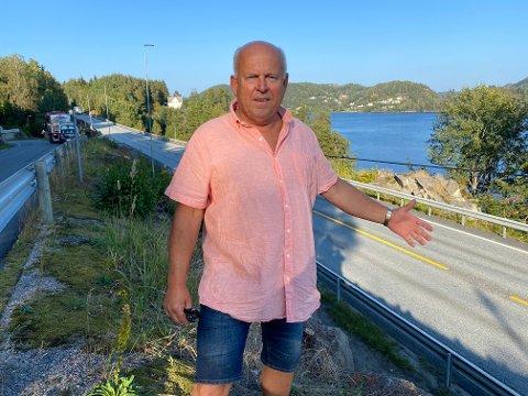 Her står Bjarne Sundsdal mellom Gamle Songevei og dagens E18 ved Songevann. Han mener det ikke kan legges en fire-felts motorvei i Songe-området. Foto: Olav Loftesnes