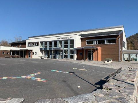 Noen har tatt seg inn i bygningene på Søndeled skole.