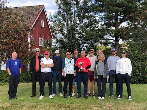 TIL TOPPS: Laget fra Risør, her med 12 av 15 spillere, vant golfturneringen Bykampen på Nes Verk lørdag.